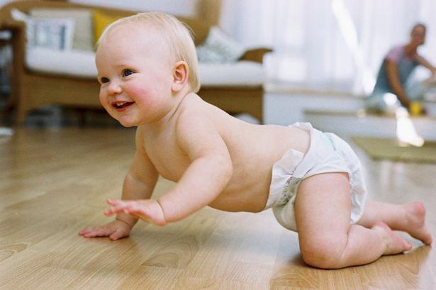 Quand les bébés commencent-ils à ramper ?